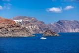 Widok ze statku na wyspę Santorini, Grecja