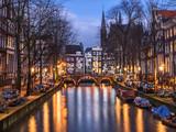 Kanał Amsterdam Leidsegracht i most wieczorem