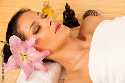 Poster Beautiful young woman having a face massage in wellness studio -