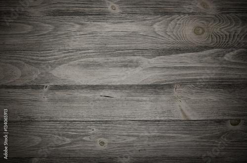 Stary wyblakły powierzchni drewna z długich desek w kolejce. Drewniane deski na ścianie lub podłoga z adrą i teksturą. Ciemne neutralne odcienie z kontrastem.
