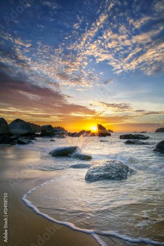 piekny-seascape-podczas-zmierzchu-przy-pasir-bogak-plaza-pangkor-wyspa-z-fala-na-plazy