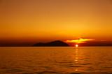Rejs o zachodzie słońca po Morzu Egejskim z widokiem na wyspy na horyzoncie