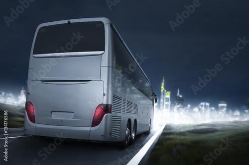 Poster Bus fährt bei Nacht auf eine Stadt zu