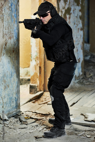 Poster Special forces armed with machine gun ready to attack