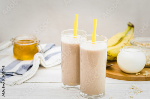 Foto op Plexiglas Milkshake Milk shake with banana, oatmeal and honey, healthy breakfast