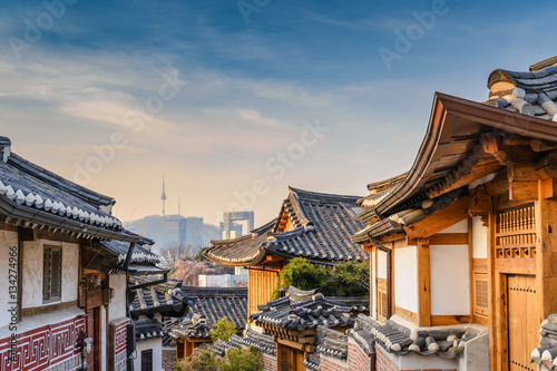 Tuinposter Seoel Bukchon Hanok Village and Seoul city skyline, Seoul, South Korea