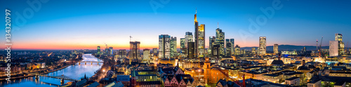 Poster Panoramafoto s Frankfurt Skyline am Abend