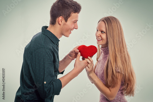 Poster Young man giving his girlfriend a gift