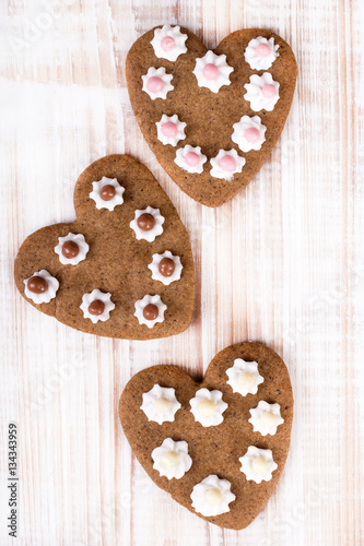 Poster Heart shaped cookies on white wooden background