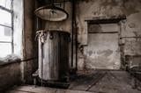alter kessel in verlassener fabrik