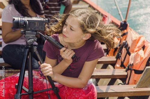 Sticker jeune fille filmant ses vacances