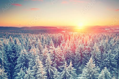 traumhafte Winterlandschaft mit Sonnenuntergang