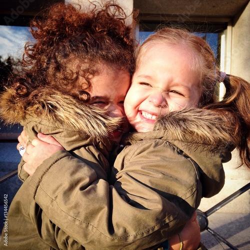 Zdjęcia na płótnie, fototapety, obrazy : Doa niñas felices abrazadas con mucha fuerza