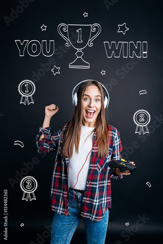 Poster Overjoyed wmotonal woman playign video games
