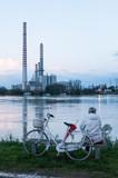 Signora sul fiume Po con bicicletta