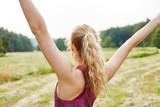 Junge Frau macht Aerobic in der Natur