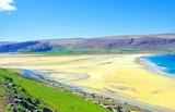 Heller Sandstrand an der Mündung der Bucht Ortygshöfn in den Patreksfjörður, Tafelberge, Westfjorde, Vestfirðir, Island / Iceland, Europa