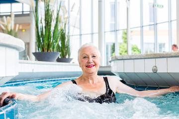 Seniorin entspannt im Wellness Spa