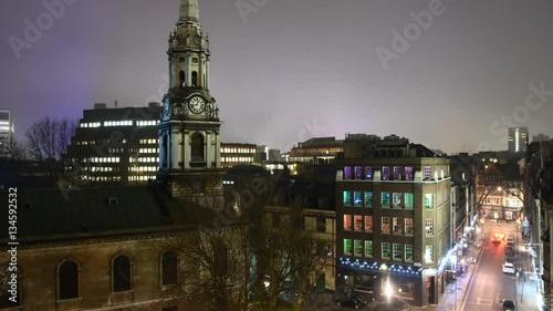 Time lapse de paisaje urbano nocturno apareciendo la niebla en Londres