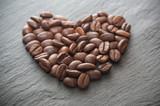 grains de café en forme de coeur sur ardoise