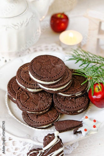 Foto op Canvas Chocolade Chocolate sandwich cookies with cream