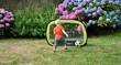 Un tout jeune enfant joue au football sur une pelouse