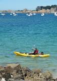 Un pêcheur en kayak part à la pêche en mer. Bretagne