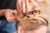 Acconciatura sposa capelli lunghi biondi raccolti in costruzione