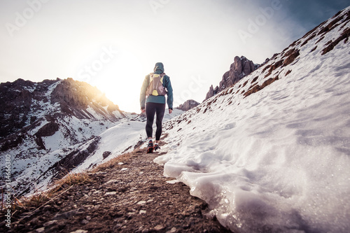 Foto Murales Man running on the snow on a mountain
