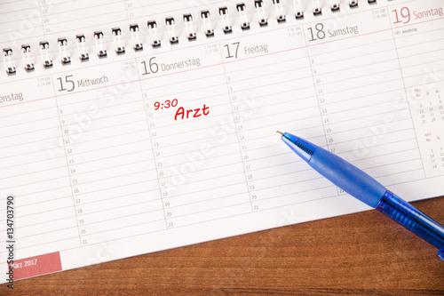 Arbeitsplatz im b ro schreibtisch mit kalender stift for Schreibtisch 90x60