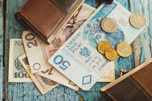 Polski złoty z portflem na drewnianym tle