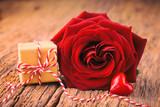 Fototapety Valentinstag - Rose, Geschenk und Herz