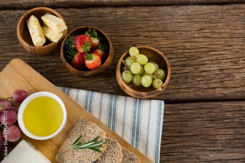 Gouda cheese, brown bread slices, lime juice and fruits