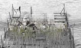 маленький разбитый причал на море