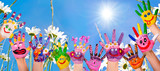 Glücklich sein: Hände spielender Kinder vor Blumenwiese :)