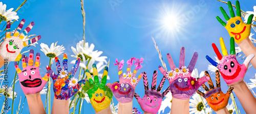 Leinwandbild Motiv Glücklich sein: Hände spielender Kinder vor Blumenwiese :)