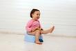 Leinwanddruck Bild - Ein Kleinkind sitzt auf einem Töpfchen