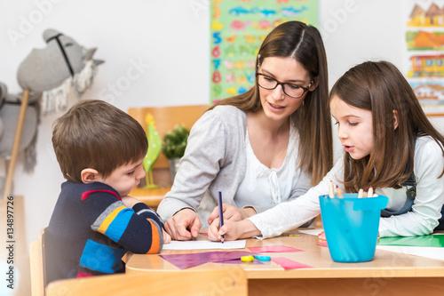 Foto Murales Teacher Working with Children in Preschool Classroom