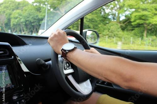 ハイブリットカーを運転する人