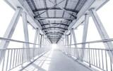 Oświetlony nowoczesny, metalowy most