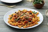 pasta italiana al pomodoro con carne e piselli
