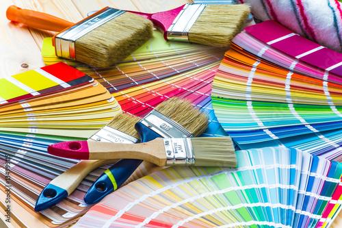 Malarz i dekorator stołu roboczego z projektem domu, kolor swatc