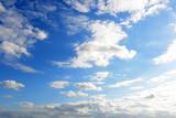 沖縄上空の青い空と流れる雲