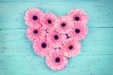 Herz aus rosa Gerbera Blüten
