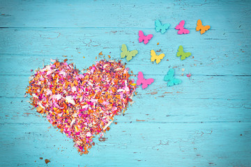 Blütenherz mit Schmetterlingen zum Valentinstag
