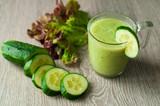 Витаминный напиток, смузи из овощей и фруктов. На деревянном фоне