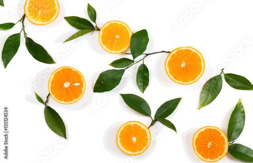 plastry-owocow-pomaranczy-i-zielonych-lisci
