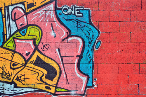 wall sprayed with graffiti - 135175192