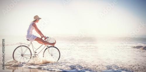 Kobieta jazdy rowerem