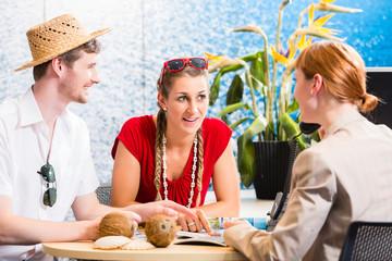Leute erhalten Beratung im Reisebüro